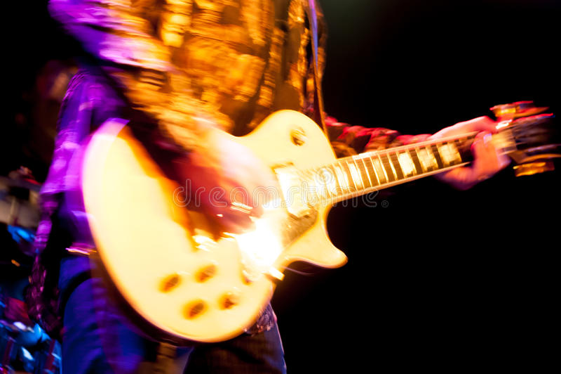 Guitariste fascinant de roche photographie stock libre de droits