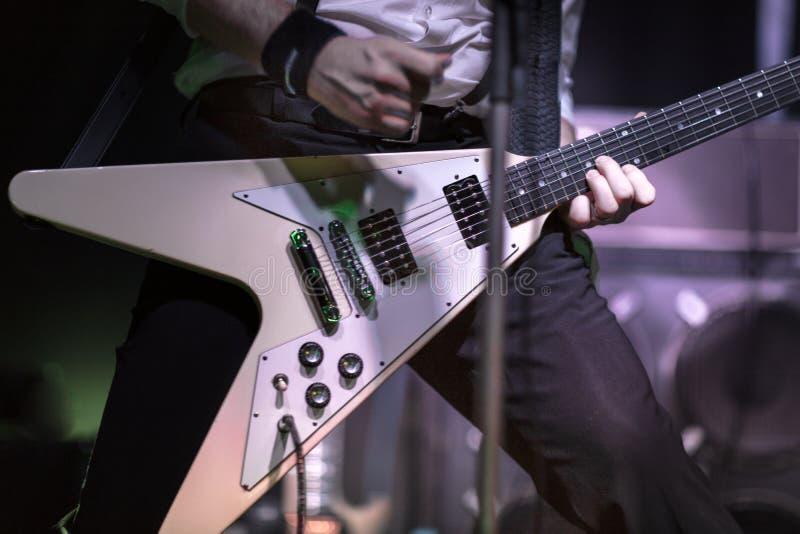 Guitariste jouant dans un concert de rock photo libre de droits