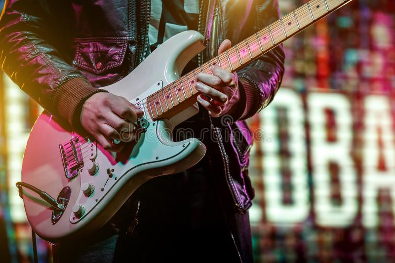 Guitariste jouant un rôle solo à un concert de rock photographie stock libre de droits