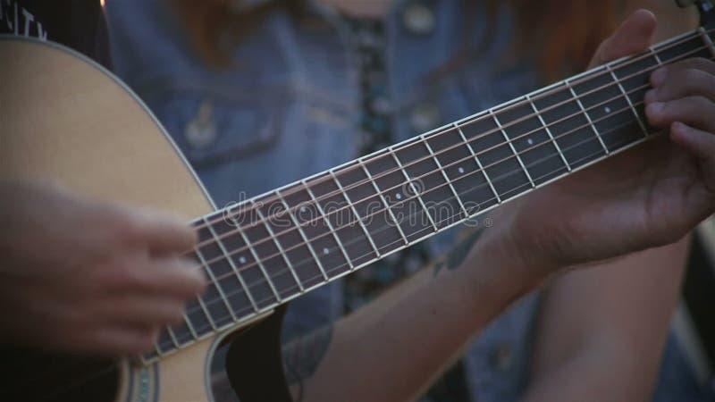 Guitariste Playing sur la guitare acoustique sur la rue banque de vidéos