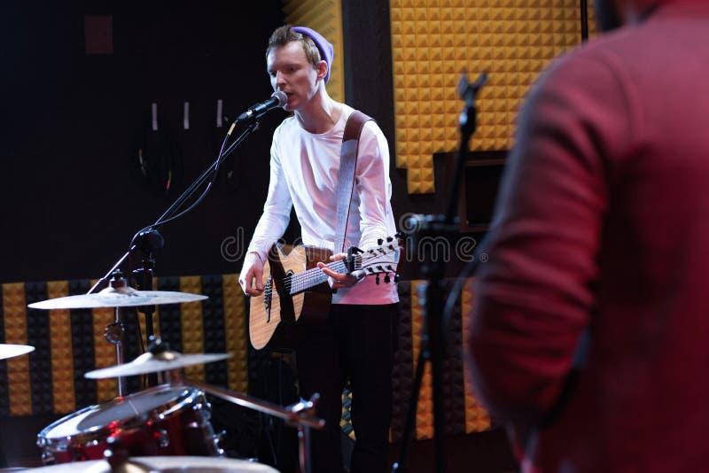 Guitariste Singing à la répétition de bande photos stock