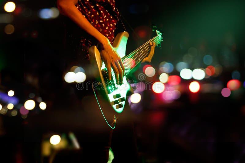Guitariste sur le fond coloré d'abrégé sur étape, concept de doux et de tache floue image stock