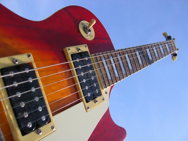 Download Guitarra imagem de stock. Imagem de cordas, guitarra, céu - 100029