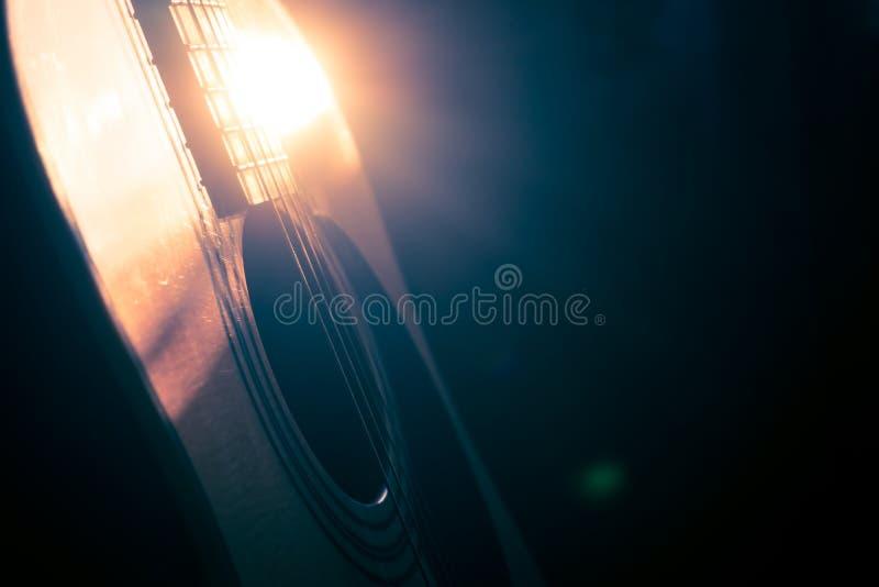 Guitarra acústica à vista do Sun com luz do vintage fotografia de stock royalty free