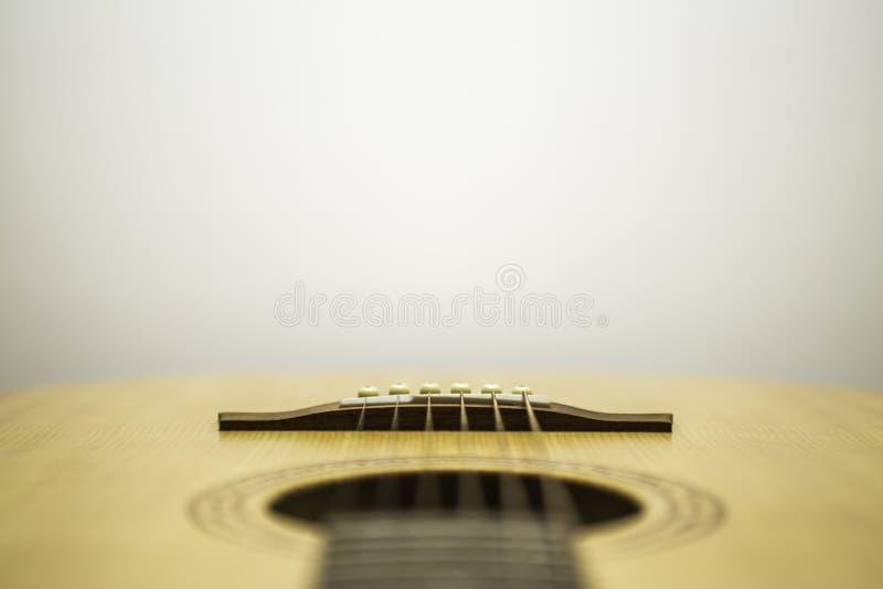 Guitarra acústica abaixo das cordas imagens de stock royalty free