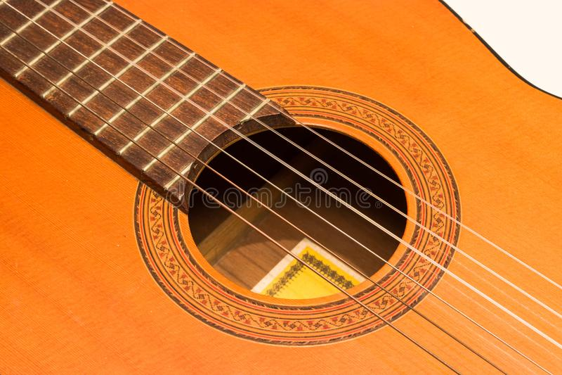 Guitarra acústica clásica en la opinión blanca del fondo imagenes de archivo