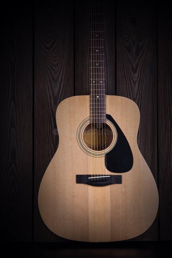 Guitarra acústica clássica no fundo de madeira escuro fotos de stock royalty free