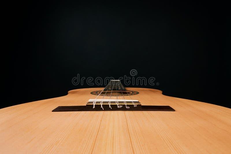 Guitarra acústica con las secuencias de nylon, primer foto de archivo libre de regalías