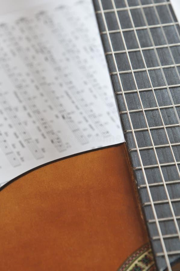 Guitarra acústica con tablature imagen de archivo libre de regalías