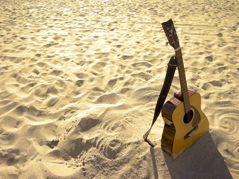 Guitarra acústica da praia ensolarada imagem de stock royalty free