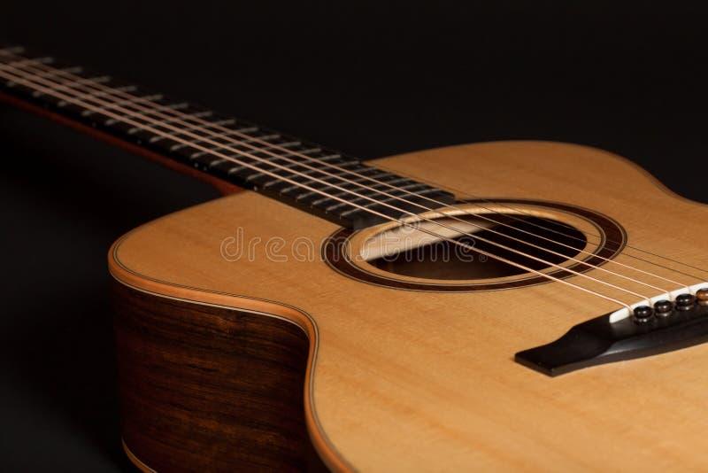 Guitarra acústica de la acero-secuencia de alta calidad con la picea y Ovangk fotos de archivo