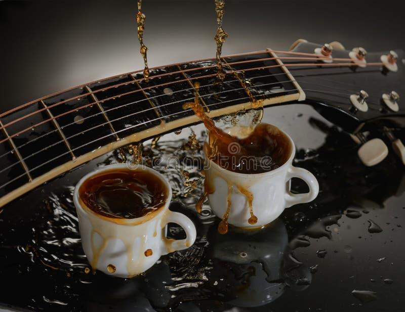 Guitarra acústica do conceito e duas xícaras de café fotografia de stock royalty free