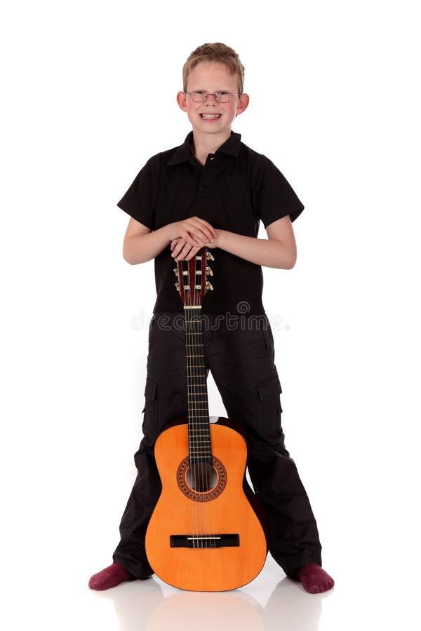 Guitarra acústica do menino de Prodigy foto de stock