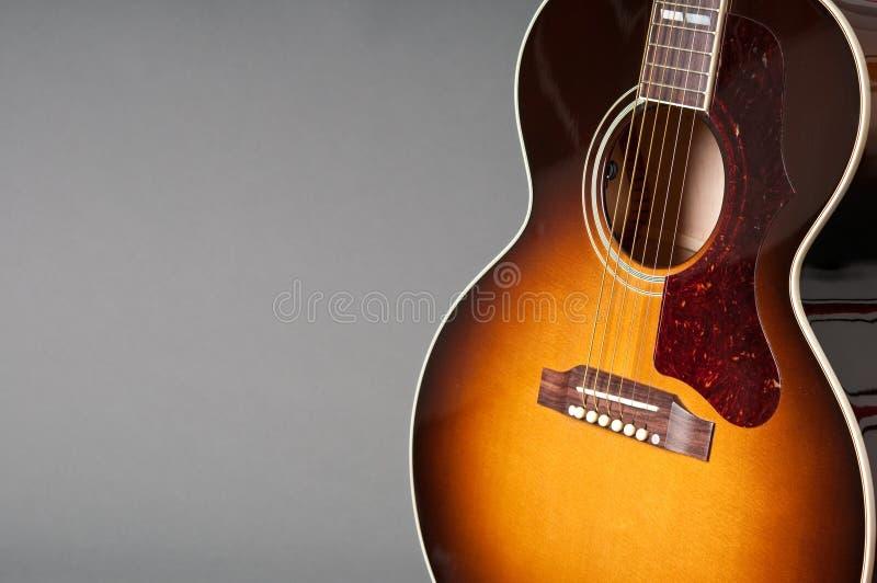Guitarra acústica una foto de archivo libre de regalías