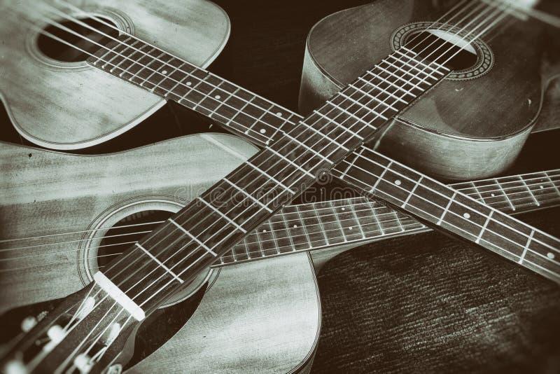 Guitarra acústicas do vintage cruzadas fotografia de stock