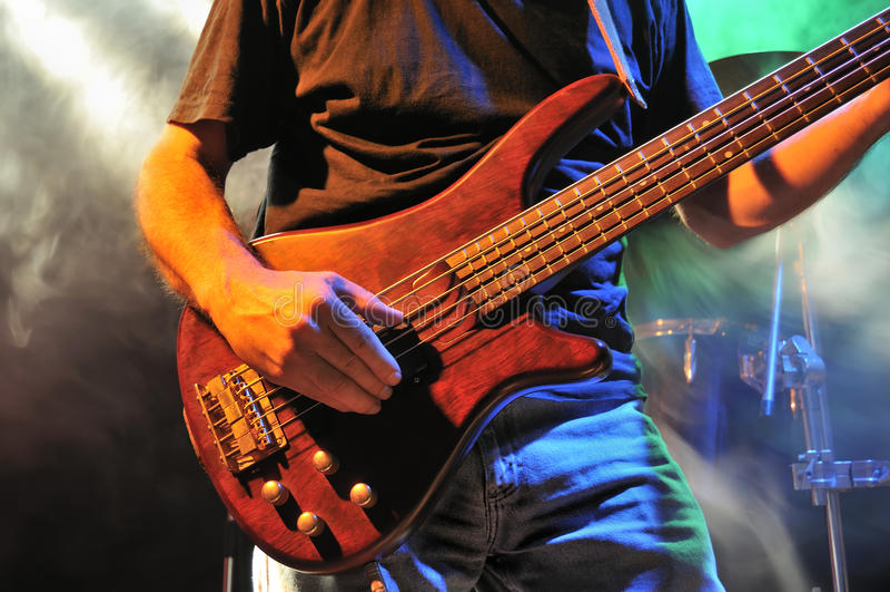 Guitarra Baja En Etapa Foto de archivo libre de regalías
