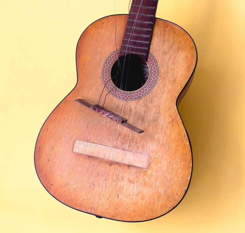 Guitarra clássica acústica quebrada foto de stock