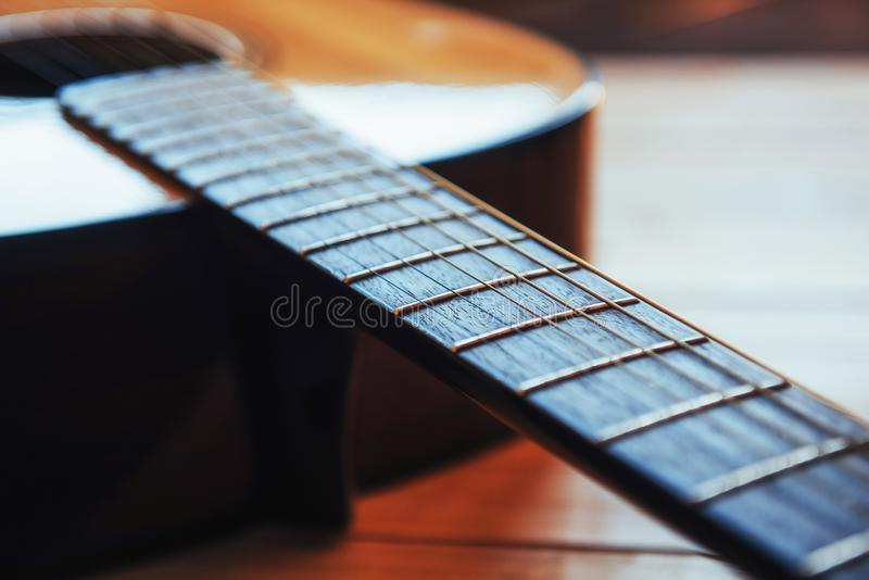 Guitarra clássica em uma luz - fundo marrom da fotografia fotos de stock royalty free