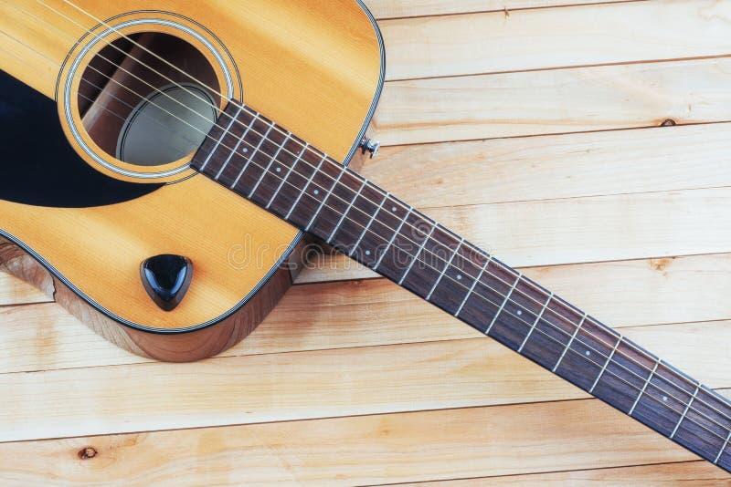 Guitarra clássica em uma luz - fundo marrom da fotografia fotografia de stock