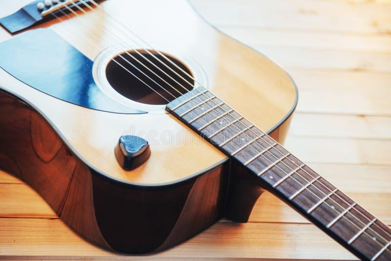Guitarra clássica em uma luz - fundo marrom da fotografia foto de stock royalty free