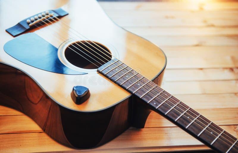 Guitarra clássica em uma luz - fundo marrom da fotografia imagem de stock royalty free