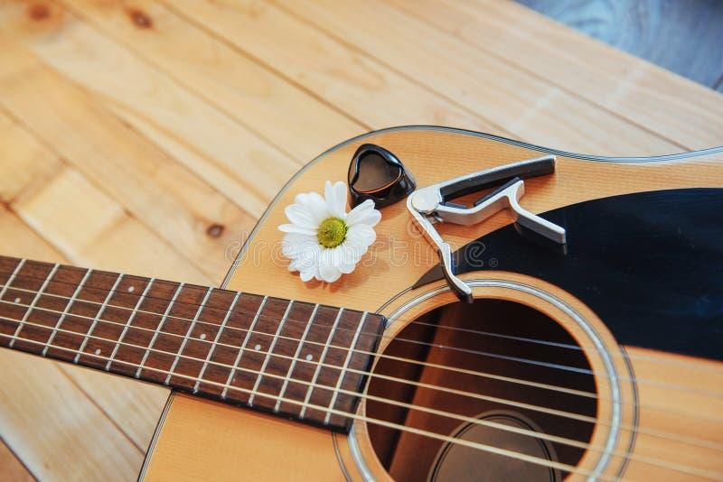 Guitarra clássica em uma luz - fundo marrom da fotografia fotos de stock