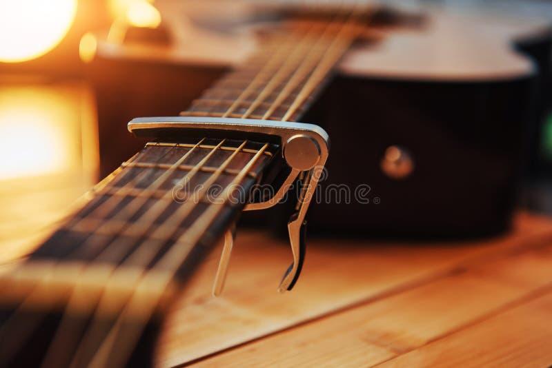 Guitarra clássica em uma luz - fundo marrom da fotografia imagem de stock