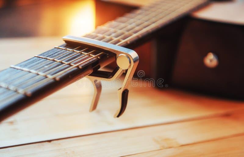Guitarra clássica em uma luz - fundo marrom da fotografia foto de stock