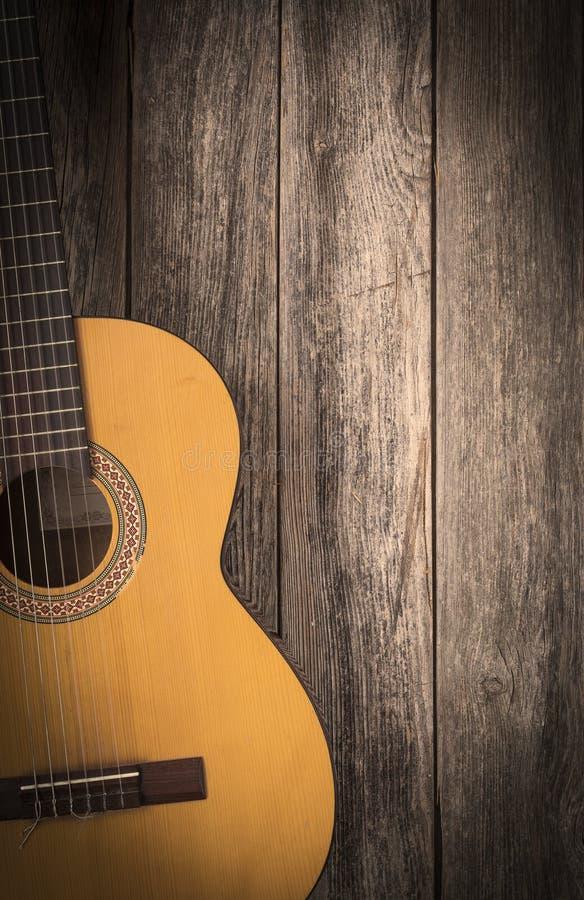Guitarra clássica velha em um fundo de madeira imagens de stock royalty free