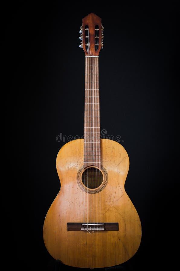 Guitarra clássica velha em um fundo preto imagens de stock royalty free