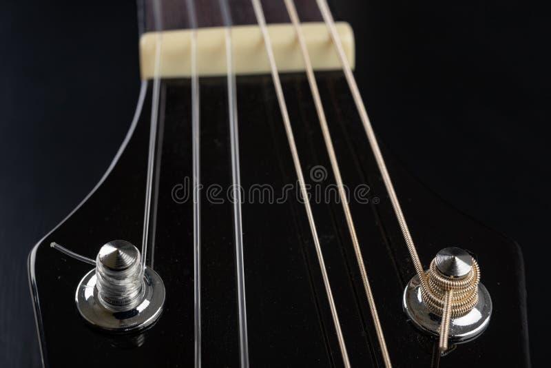 Guitarra cl?ssica em uma tabela de madeira escura Instrumento musical amarrado imagem de stock royalty free
