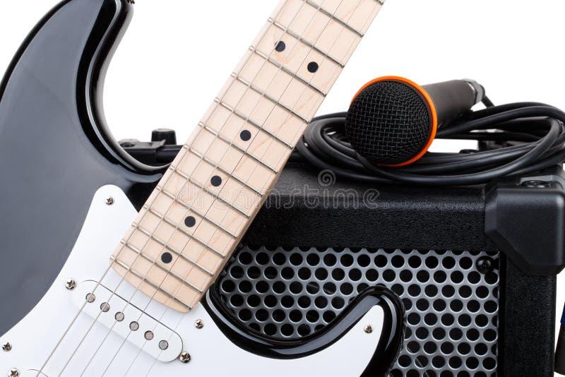 Guitarra con el amplificador, el micrófono y el cordón audio foto de archivo