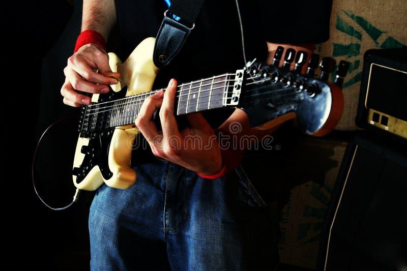 Guitarra da rocha do jogo do guitarrista fotos de stock royalty free