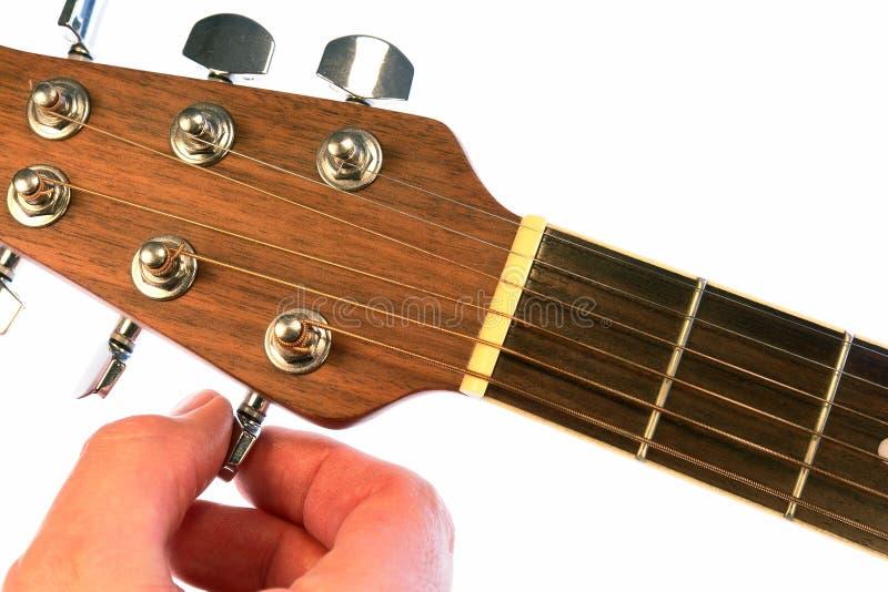 Guitarra de ajustamento do acordo isolada fotos de stock