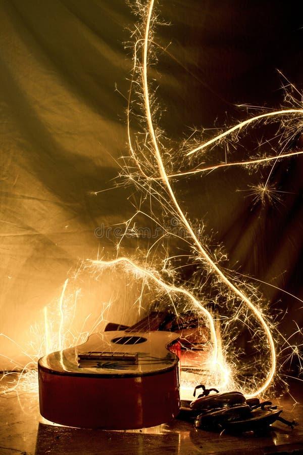 Guitarra de balanço da uquelele que queima-se nos sparkles foto de stock royalty free