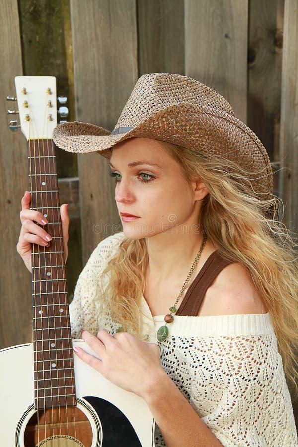 Guitarra de Hlding del Cowgirl fotos de archivo