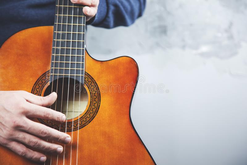 Guitarra de la mano del hombre fotografía de archivo