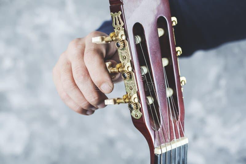 Guitarra de la mano del hombre imagen de archivo libre de regalías
