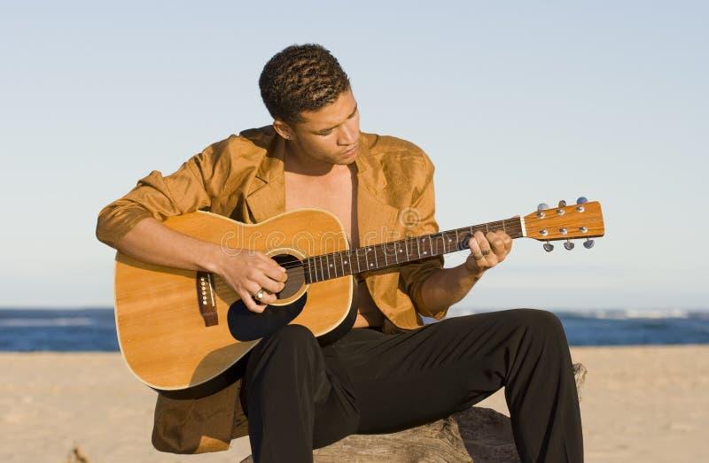 Guitarra de la playa fotografía de archivo