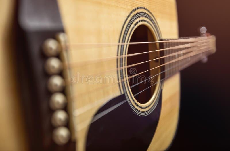 Guitarra de madera acústica imagenes de archivo