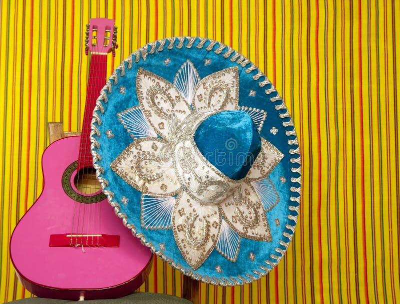 Guitarra del color de rosa del sombrero mexicano del bordado del Mariachi foto de archivo