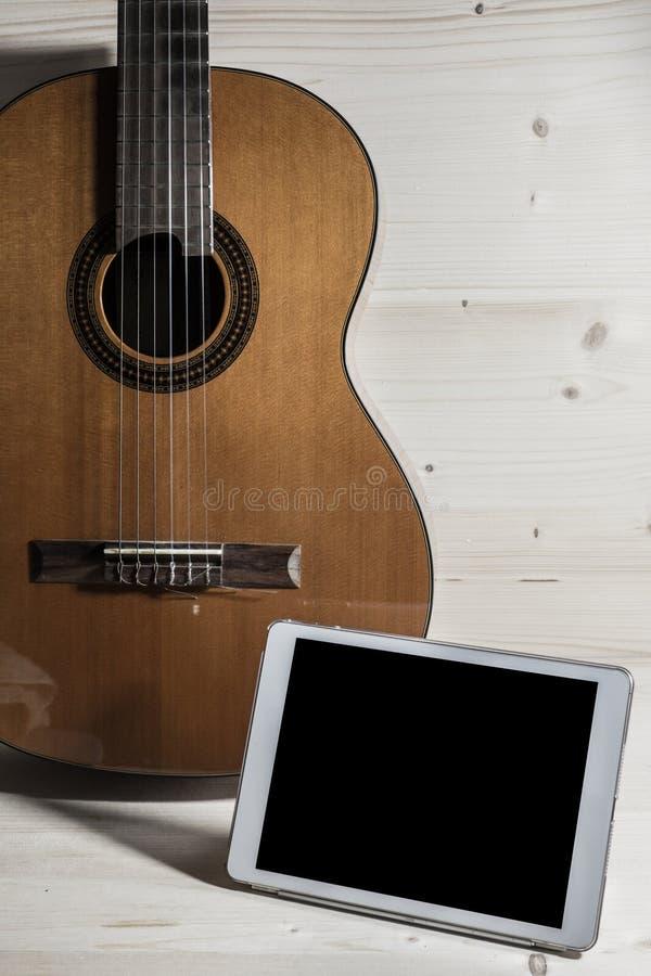 Guitarra del juego canciones la tableta fotografía de archivo libre de regalías