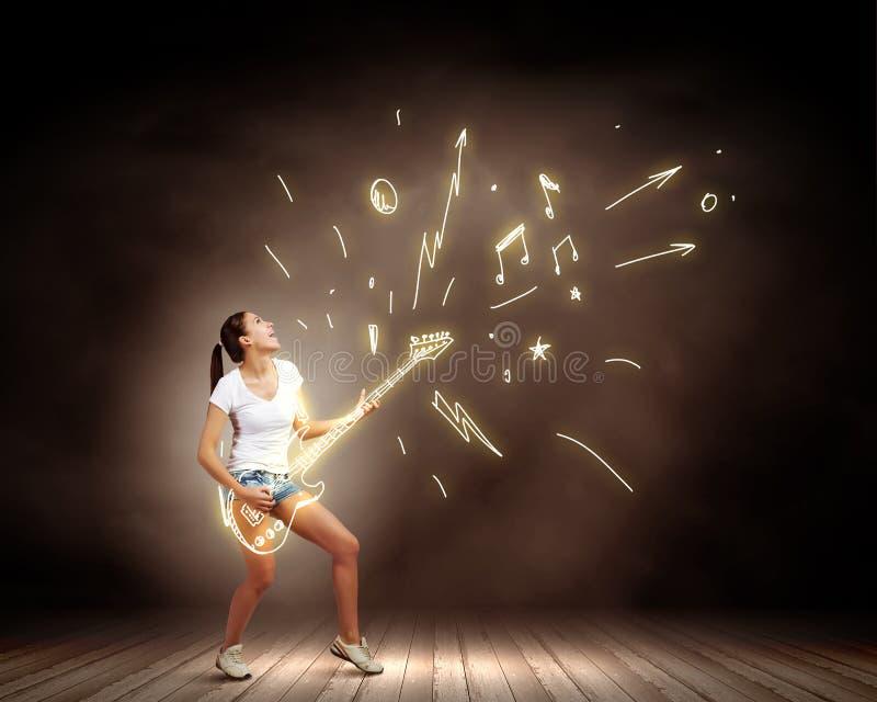 Guitarra del juego de la muchacha imagen de archivo libre de regalías