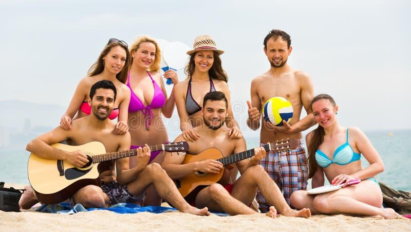 Guitarra del juego de los amigos imagen de archivo
