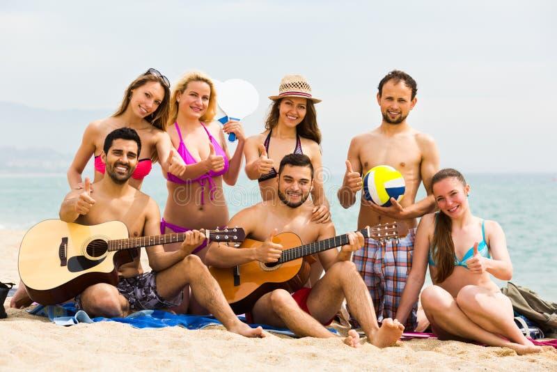 Guitarra del juego de los amigos foto de archivo