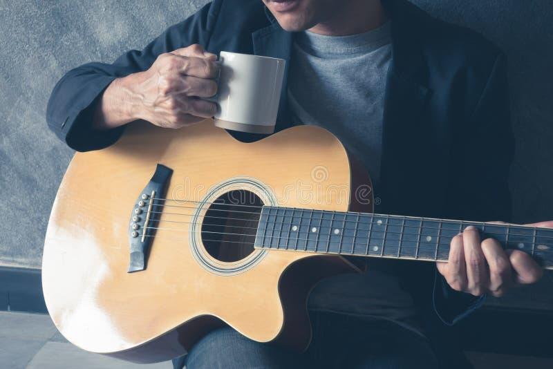 Guitarra del juego del café fotografía de archivo libre de regalías