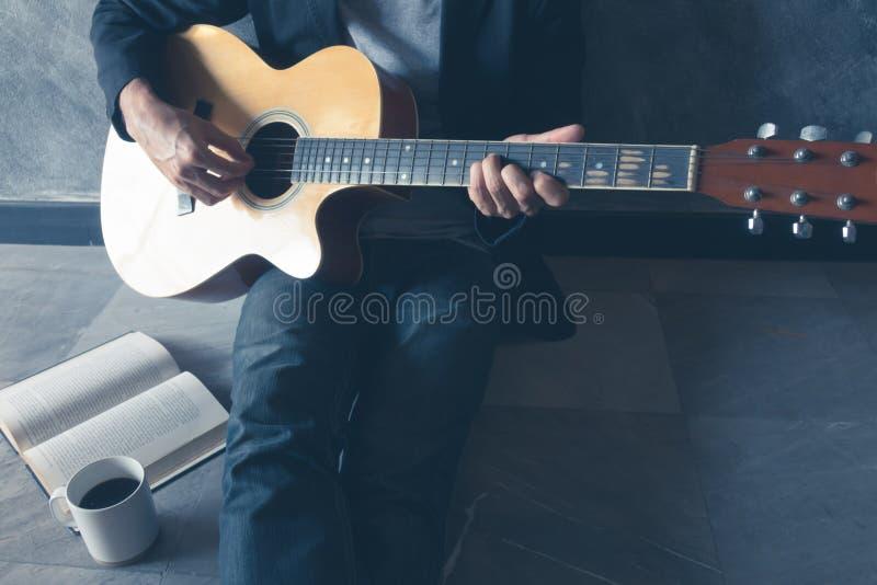 Guitarra del juego del café foto de archivo