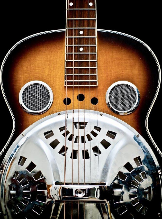 Guitarra del steeel del Dobro contra un fondo negro fotografía de archivo libre de regalías