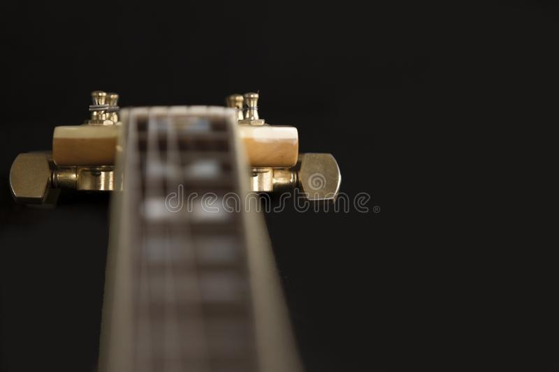 Guitarra do archtop do vintage na opini?o de ?ngulo alto natural do close-up do bordo no fundo preto, no fingerboard do jacarand? imagens de stock