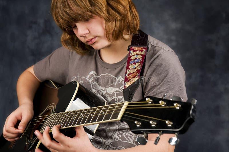 Guitarra do jogo do menino imagens de stock